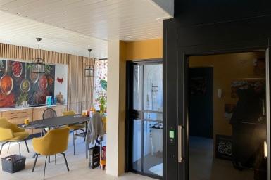 Zwarte huislift A-4000 in Landsmeer